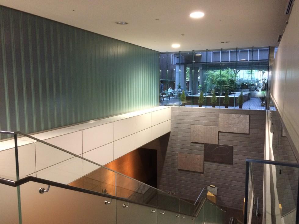 城西国際大学 紀尾井町キャンパスの一階中庭が見える吹き抜け