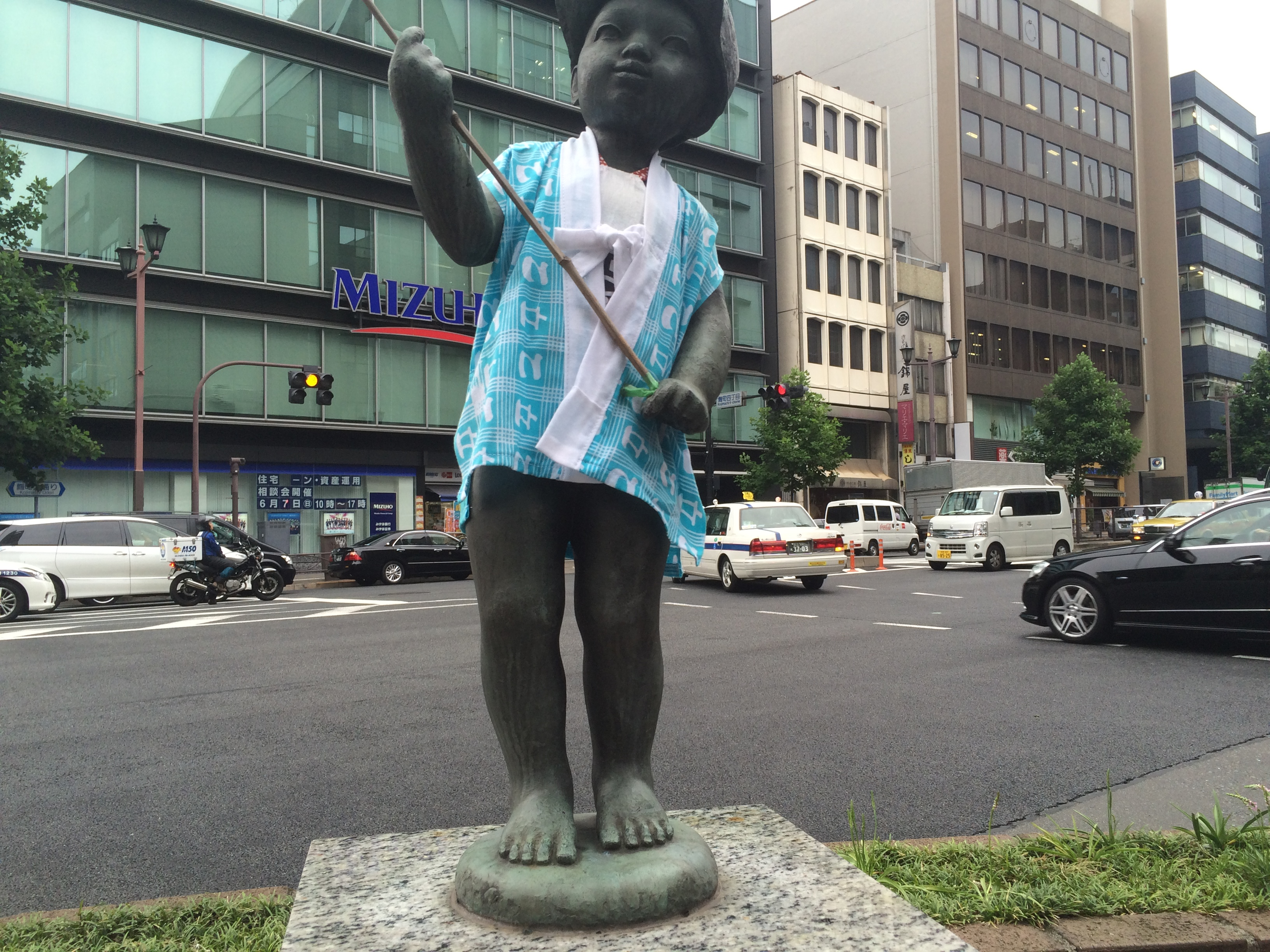 たまに着替える麹町駅前の像